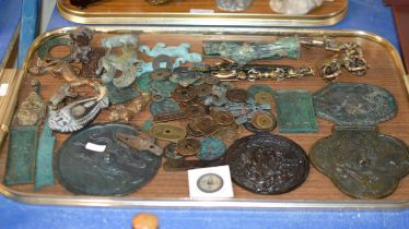 TRAY WITH VARIOUS ORIENTAL STYLE COINS, BRONZE EFFECT PLAQUES, VARIOUS METAL ANIMAL ORNAMENTS ETC