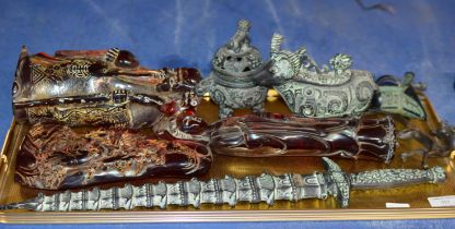 TRAY WITH VARIOUS REPRODUCTION ORIENTAL DISPLAYS, DECORATIVE DAGGER ETC
