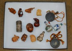 DISPLAY CASE WITH VARIOUS REPRODUCTION NETSUKE STYLE DISPLAYS, SNUFF BOTTLES ETC