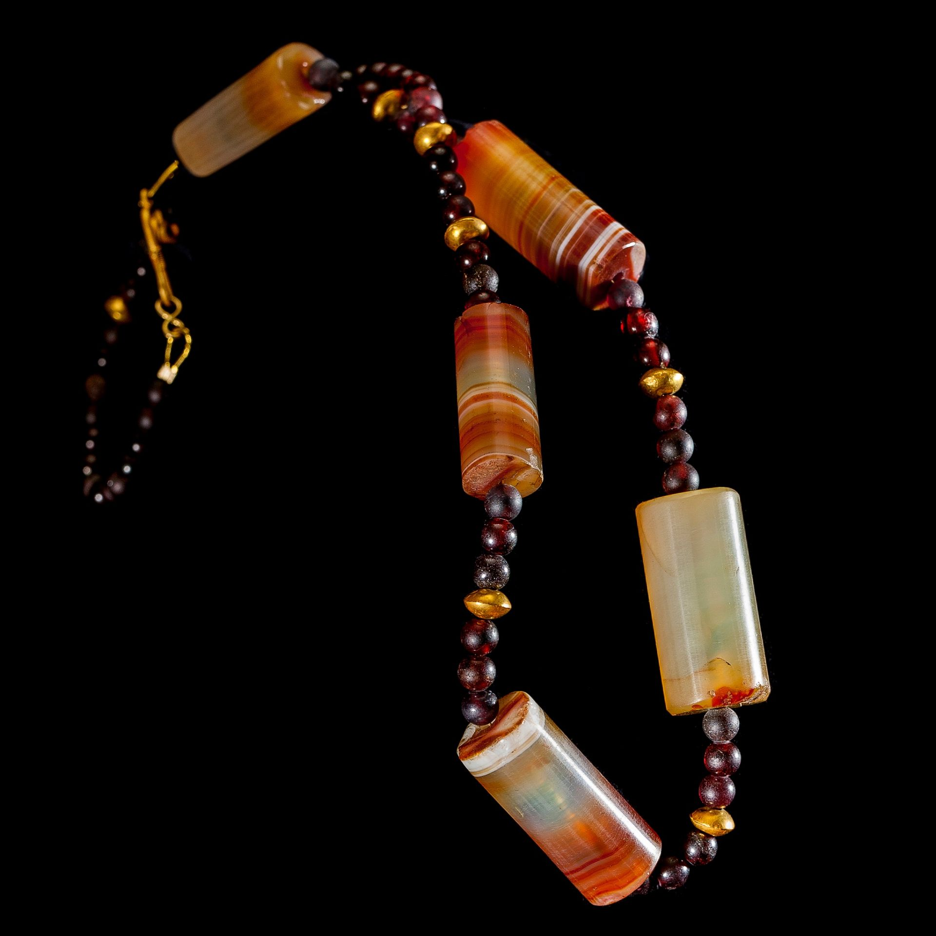 HELLENISTIC GARNET, AGATE AND GOLD BEAD NECKLACE EASTERN MEDITERRANEAN, 3RD - 1ST CENTURY B.C. - Image 2 of 2