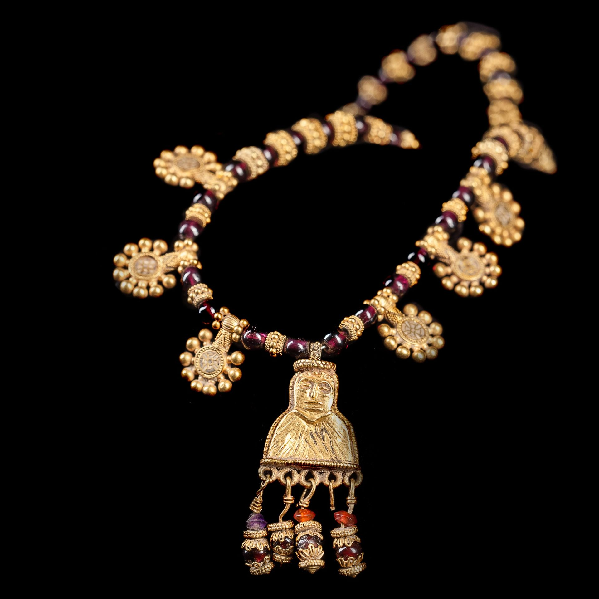 ANCIENT ARABIAN GOLD NECKLACE WITH FEMALE FIGURE PENDANT, LIKELY SABEAN SOUTHERN ARABIA, C. 5TH - - Image 2 of 2