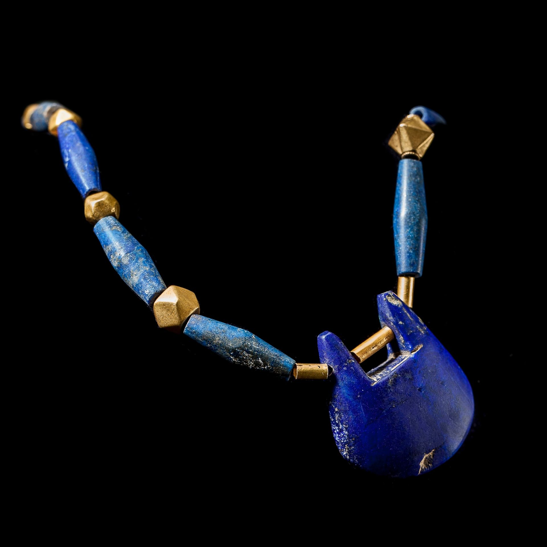 WESTERN ASIATIC LAPIS AND GOLD PENDANT NECKLACE NEAR EAST, 1ST MILLENNIUM B.C. - Image 2 of 2