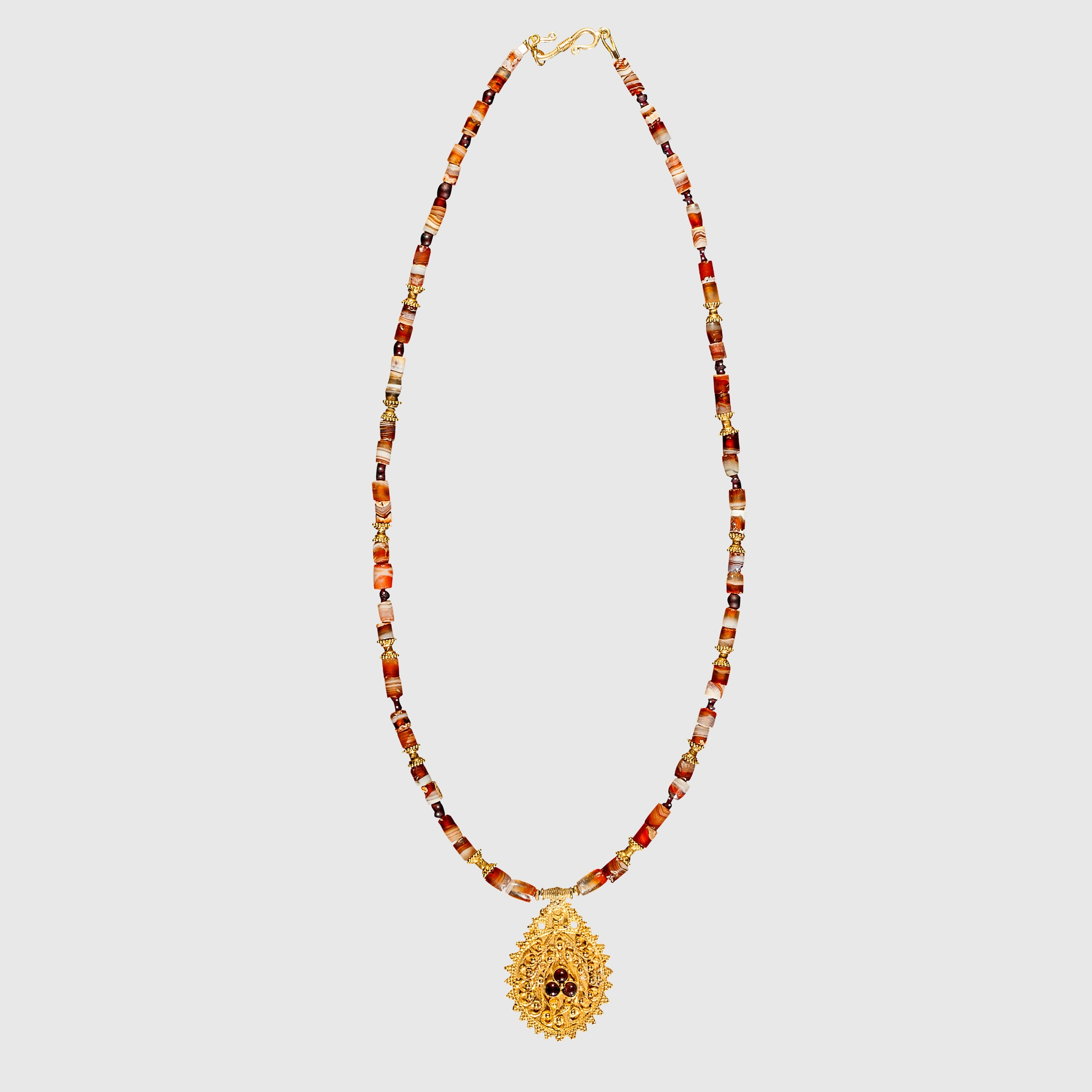 HELLENISTIC AGATE NECKLACE WITH GOLD PENDANT EASTERN MEDITERRANEAN, 3RD - 1ST CENTURY B.C.