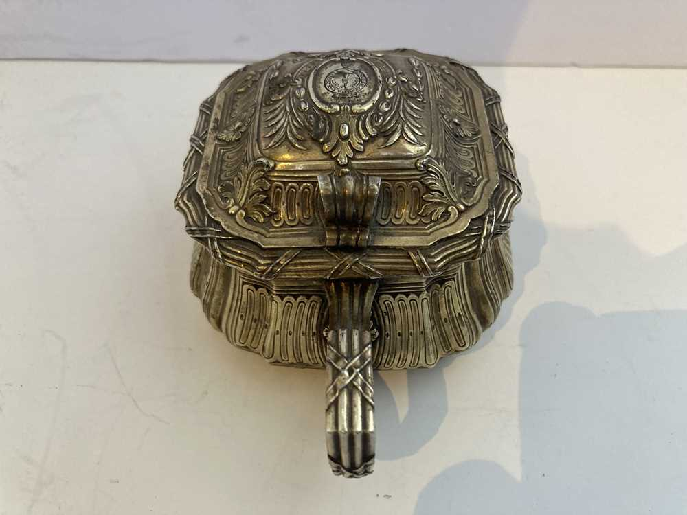 An early 19th century gilt mustard pot and cover - Image 7 of 10