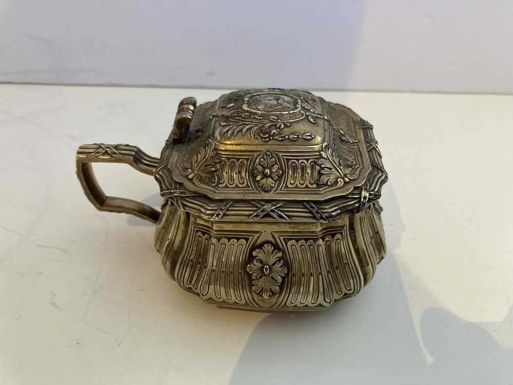 An early 19th century gilt mustard pot and cover - Image 8 of 10