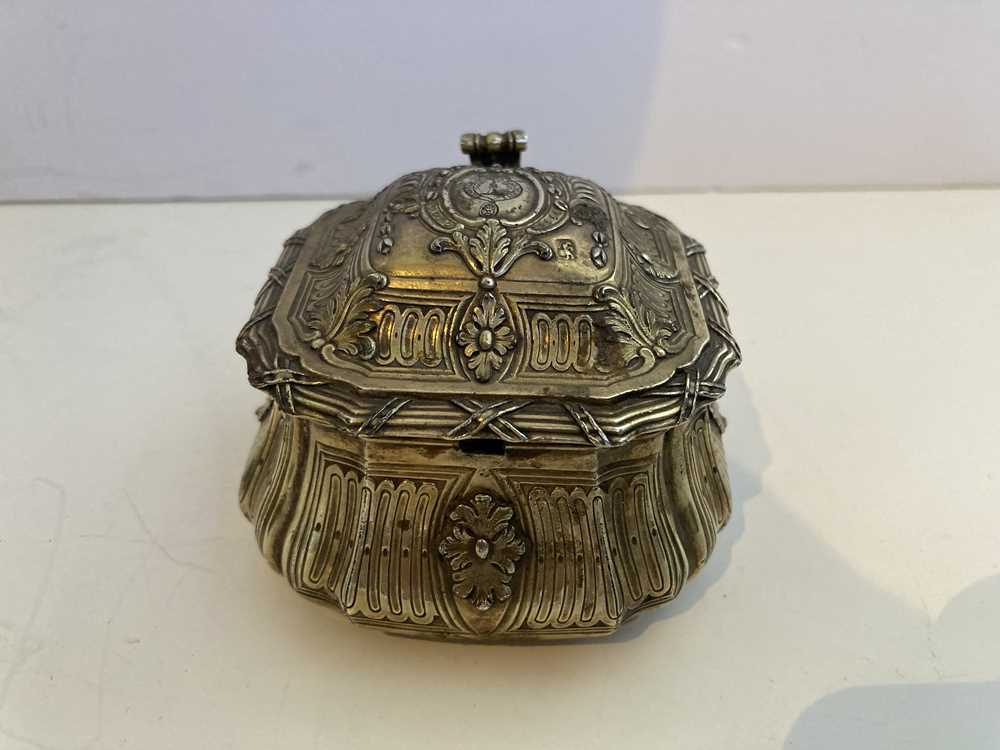 An early 19th century gilt mustard pot and cover - Image 6 of 10
