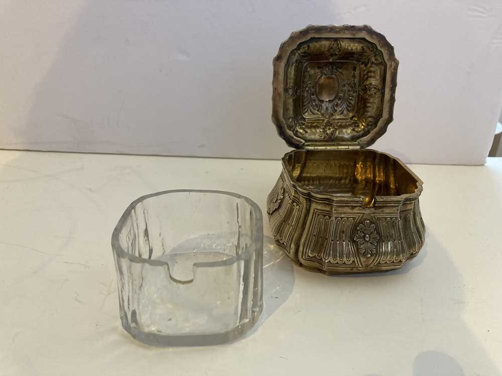 An early 19th century gilt mustard pot and cover - Image 4 of 10