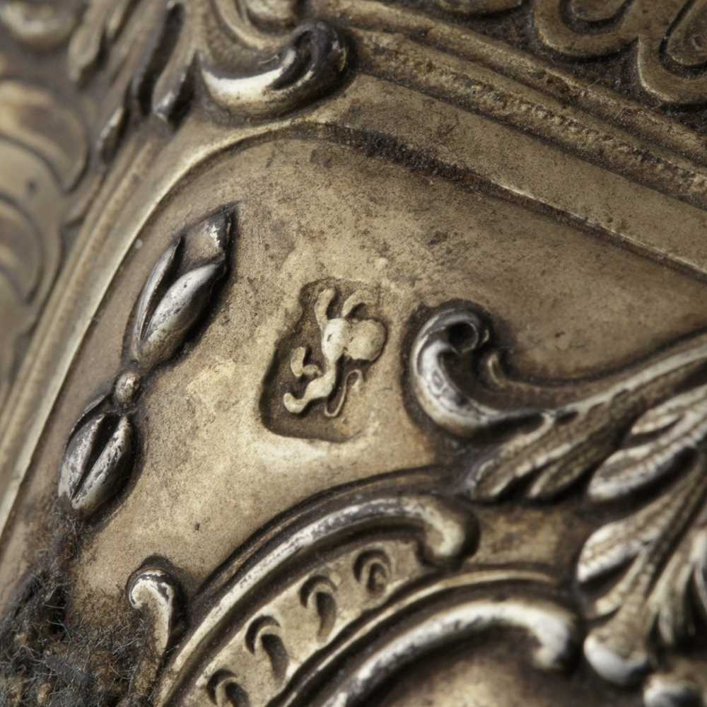 An early 19th century gilt mustard pot and cover - Image 3 of 10
