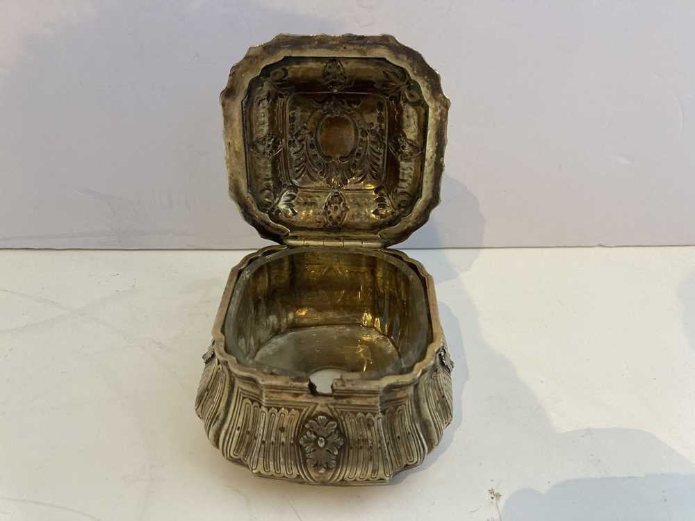 An early 19th century gilt mustard pot and cover - Image 5 of 10