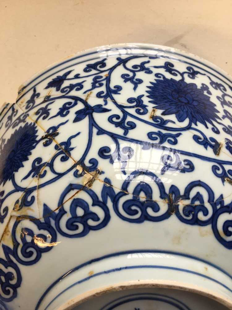 LARGE BLUE AND WHITE 'LOTUS' BOWL JIAJING MARK AND POSSIBLE OF KANGXI PERIOD - Image 16 of 30