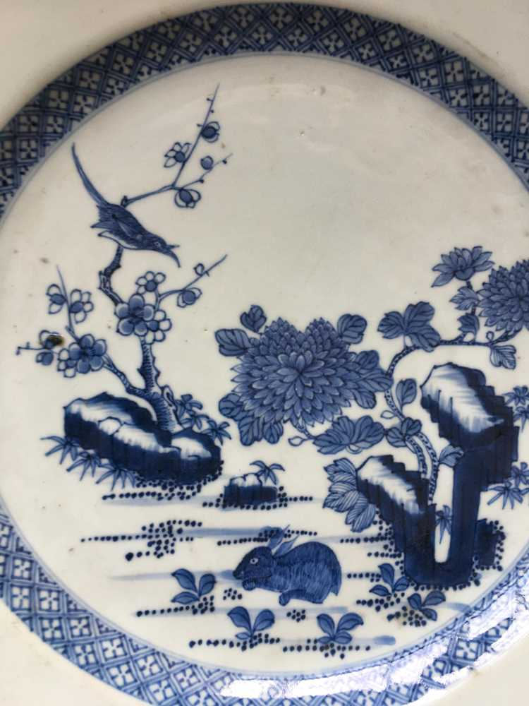 GROUP OF THREE GRADUATED BLUE AND WHITE CHARGERS QING DYNASTY, 18TH CENTURY - Image 21 of 24
