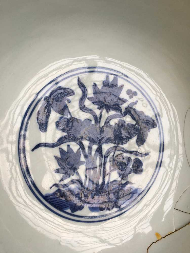 LARGE BLUE AND WHITE 'LOTUS' BOWL JIAJING MARK AND POSSIBLE OF KANGXI PERIOD - Image 11 of 30