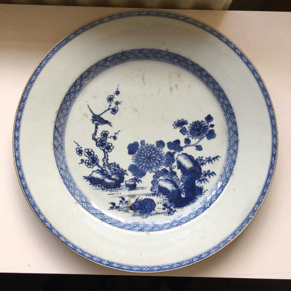 GROUP OF THREE GRADUATED BLUE AND WHITE CHARGERS QING DYNASTY, 18TH CENTURY - Image 9 of 24
