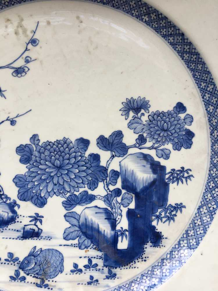 GROUP OF THREE GRADUATED BLUE AND WHITE CHARGERS QING DYNASTY, 18TH CENTURY - Image 4 of 24