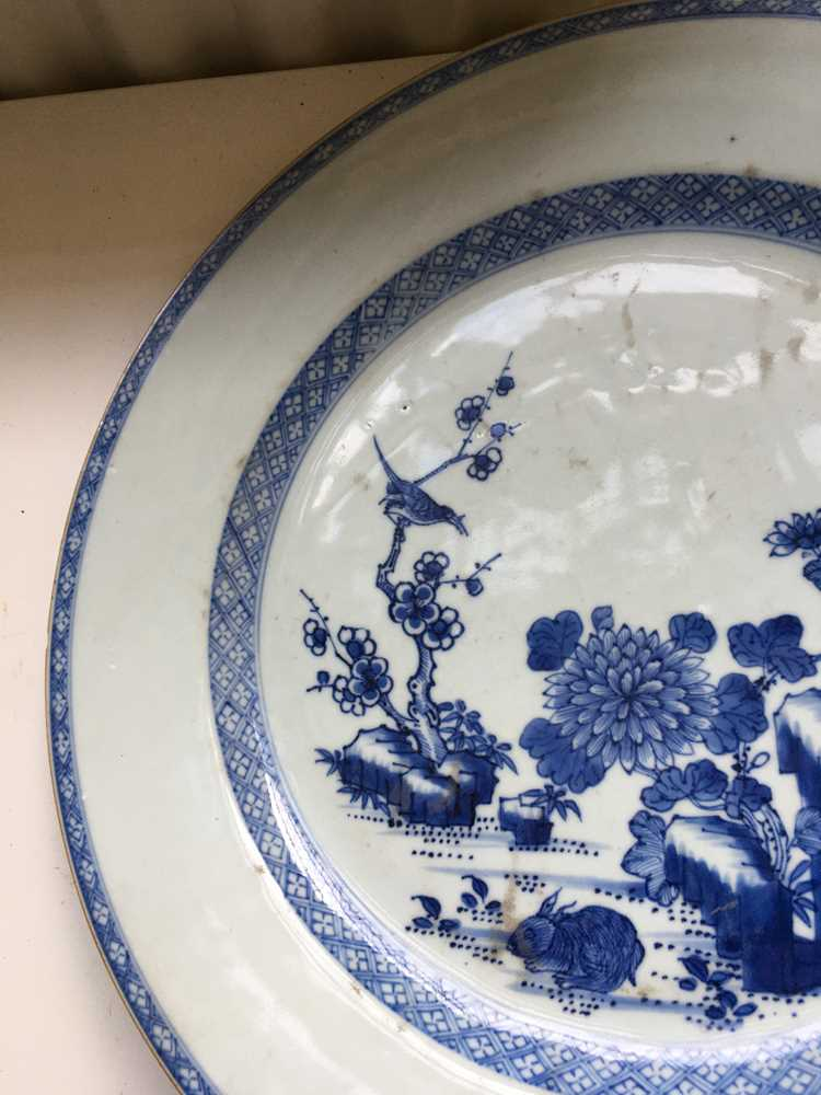 GROUP OF THREE GRADUATED BLUE AND WHITE CHARGERS QING DYNASTY, 18TH CENTURY - Image 11 of 24
