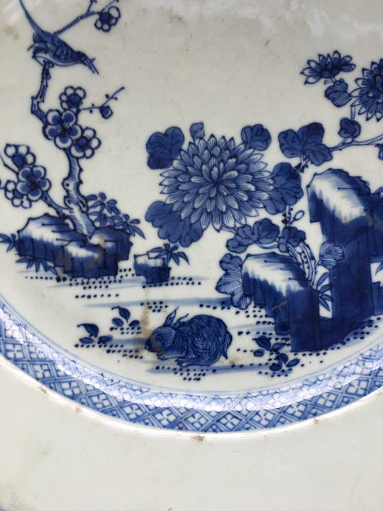GROUP OF THREE GRADUATED BLUE AND WHITE CHARGERS QING DYNASTY, 18TH CENTURY - Image 13 of 24