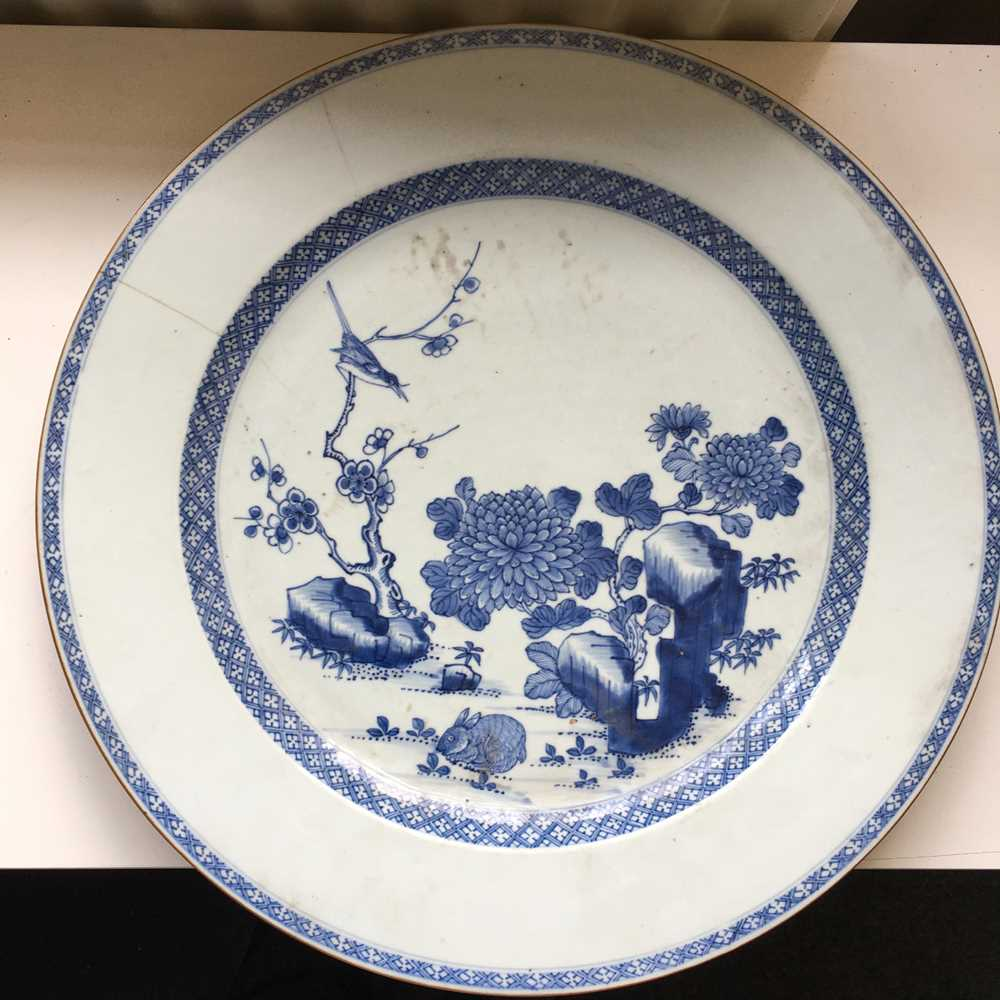 GROUP OF THREE GRADUATED BLUE AND WHITE CHARGERS QING DYNASTY, 18TH CENTURY - Image 2 of 24