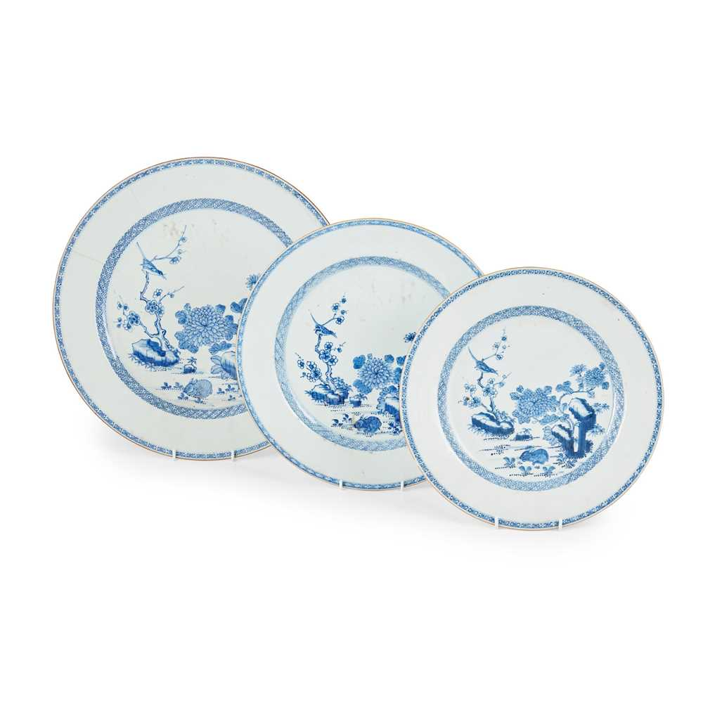 GROUP OF THREE GRADUATED BLUE AND WHITE CHARGERS QING DYNASTY, 18TH CENTURY
