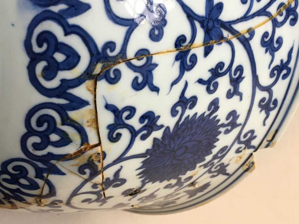 LARGE BLUE AND WHITE 'LOTUS' BOWL JIAJING MARK AND POSSIBLE OF KANGXI PERIOD - Image 27 of 30