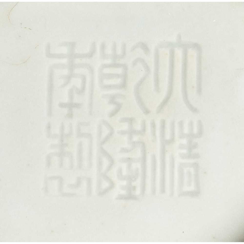 RED-GLAZED ARROW VASE QIANLONG MARK - Image 2 of 17
