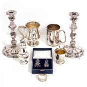 AN EARLY 20TH CENTURY SILVER CASTER 16cm in height, a cased silver cruet set, a small silver