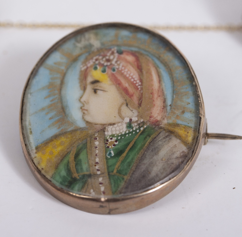 A VICTORIAN YELLOW METAL CIRCULAR HARDSTONE SET ENAMEL DECORATED MOURNING BROOCH 3.1cm diameter, the - Image 2 of 5