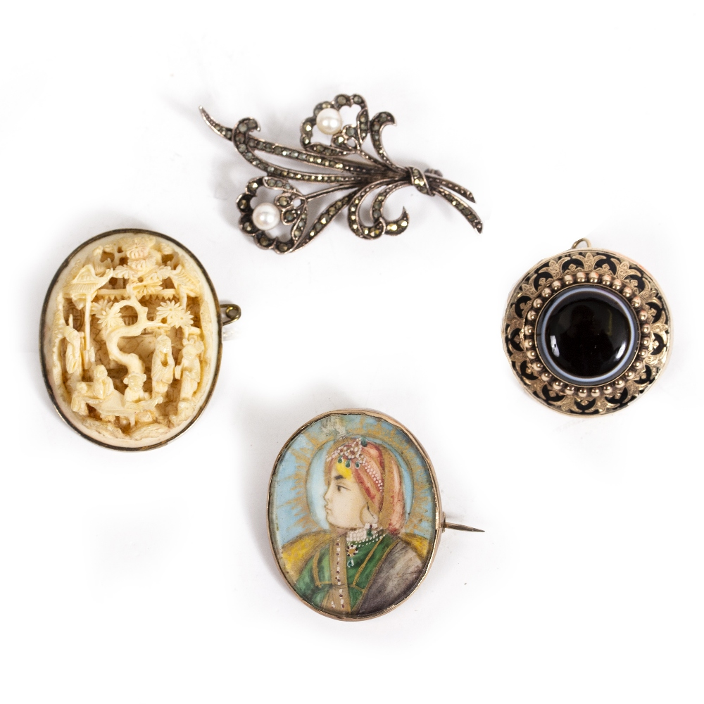 A VICTORIAN YELLOW METAL CIRCULAR HARDSTONE SET ENAMEL DECORATED MOURNING BROOCH 3.1cm diameter, the