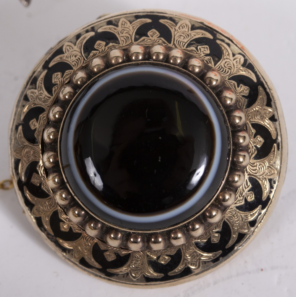 A VICTORIAN YELLOW METAL CIRCULAR HARDSTONE SET ENAMEL DECORATED MOURNING BROOCH 3.1cm diameter, the - Image 5 of 5