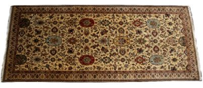 AN ORIENTAL HAND MADE WOOLLEN CARPET with stylised foliate decoration and a banded border, 179cm x