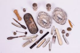 A MIXED GROUP OF SILVER AND SILVER PLATE, MOTHER OF PEARL FRUIT KNIVES AND FOLDING FORKS to