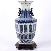 A 17TH CENTURY STYLE BLUE AND WHITE CHINESE PORCELAIN HEXAGONAL BALUSTER TABLE LAMP with wooden base
