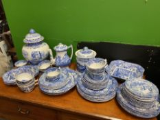 A LARGE COLLECTION OF SPODE ITALIAN PATTERN CHINA to include dinner and tea wares, a ginger jar,