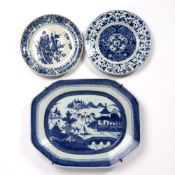 Blue and white plate Chinese, Kangxi period (1662-1722) decorated to the centre with floral