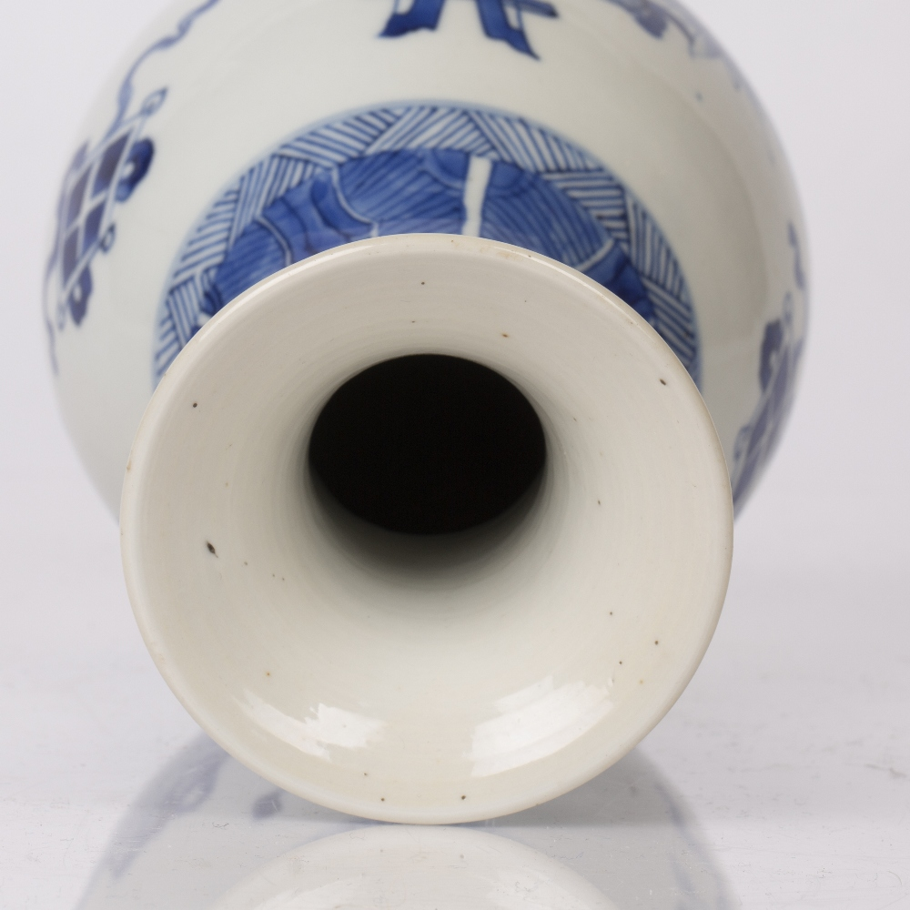 Blue and white pear shaped bottle vase Chinese, Kangxi period (1662-1722) decorated to the body with - Image 4 of 4