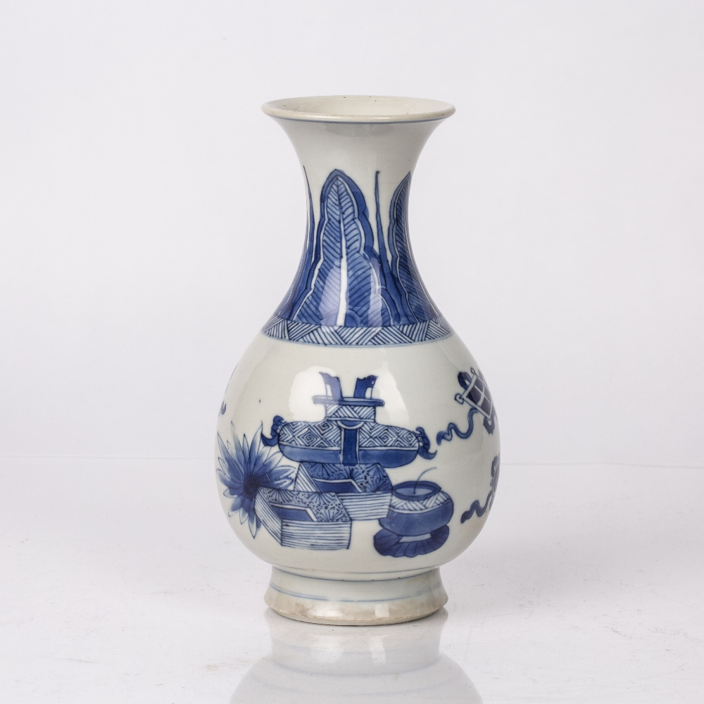 Blue and white pear shaped bottle vase Chinese, Kangxi period (1662-1722) decorated to the body with - Image 2 of 4