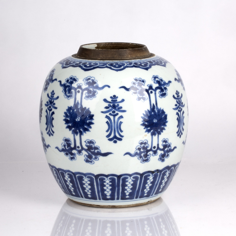 Blue and white jar Chinese, Kangxi period (1662-1722) decorated to the body with lotus blossoms - Image 2 of 4