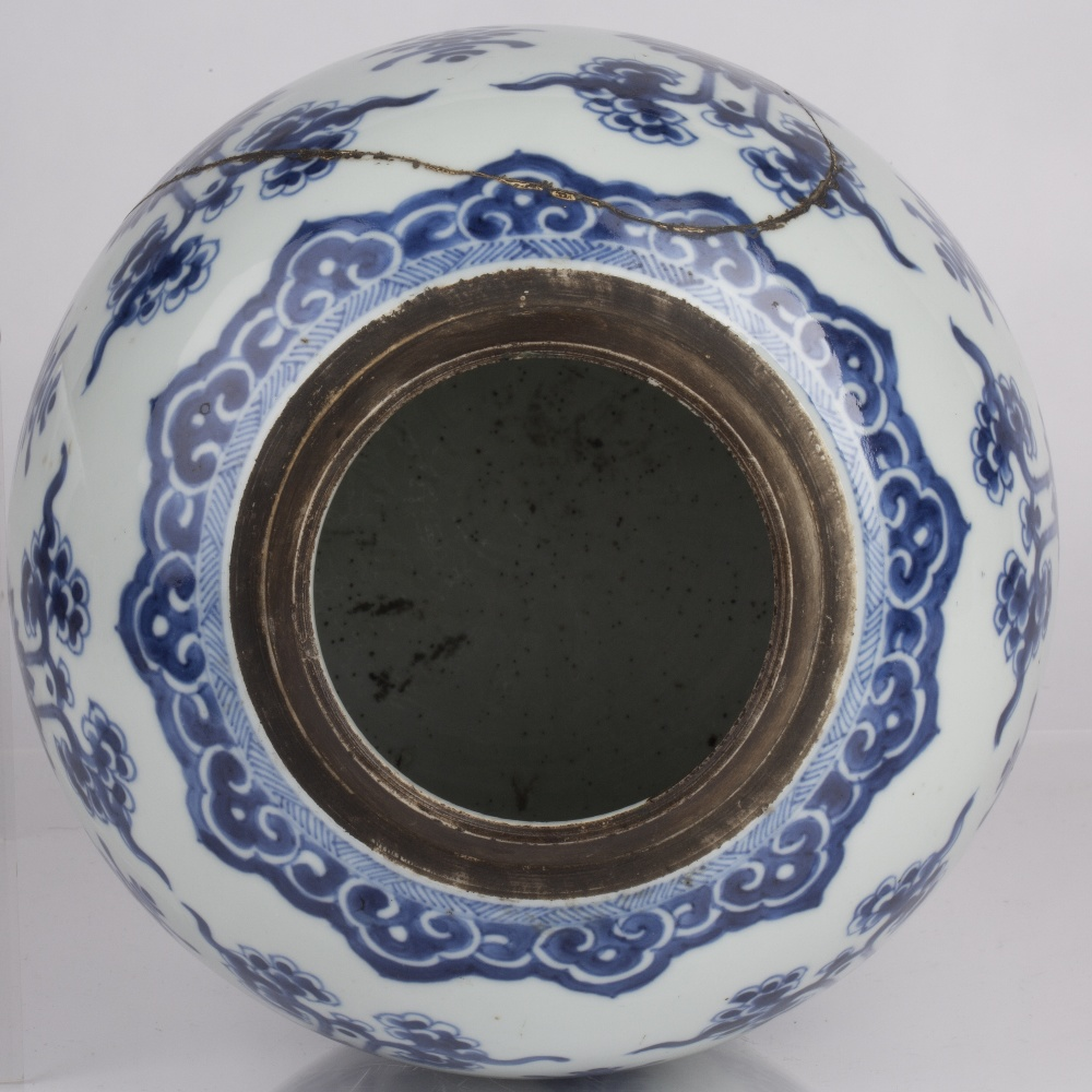 Blue and white jar Chinese, Kangxi period (1662-1722) decorated to the body with lotus blossoms - Image 3 of 4