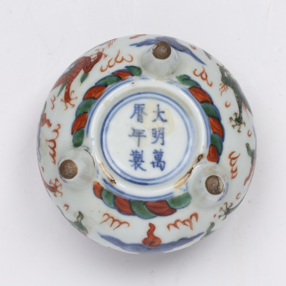 Wucai tripod censer Chinese, 19th Century decorated around the sides with dragons chasing the - Image 4 of 4