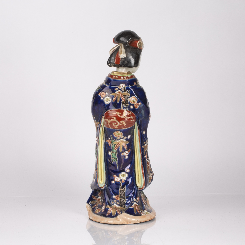 Standing Arita model geisha Japanese, late 19th Century the traditionally robed figure holding a - Image 2 of 2