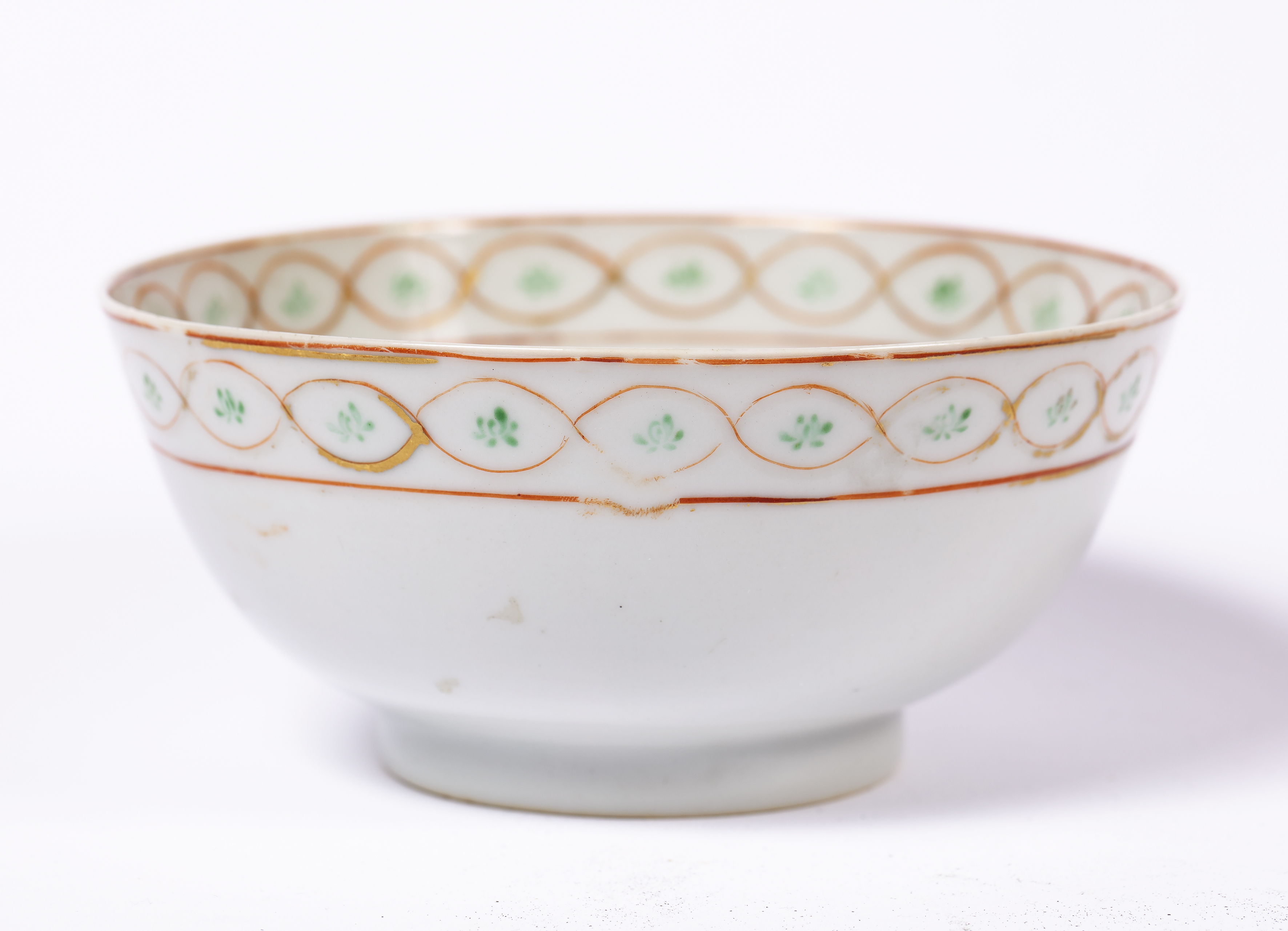 Porcelain sweetmeat dish Chinese, Qianlong of circular form and greenish celadon-type glaze, with - Image 3 of 4