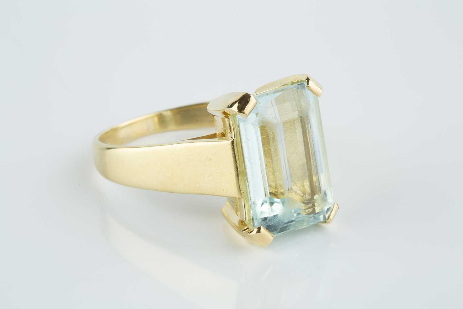An aquamarine single stone ring, the rectangular step-cut aquamarine with canted corners, in four - Image 2 of 3