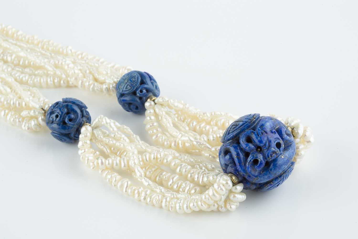 A freshwater pearl torsade and lapis lazuli bead necklace, the freshwater pearl torsade spaced by - Image 2 of 3