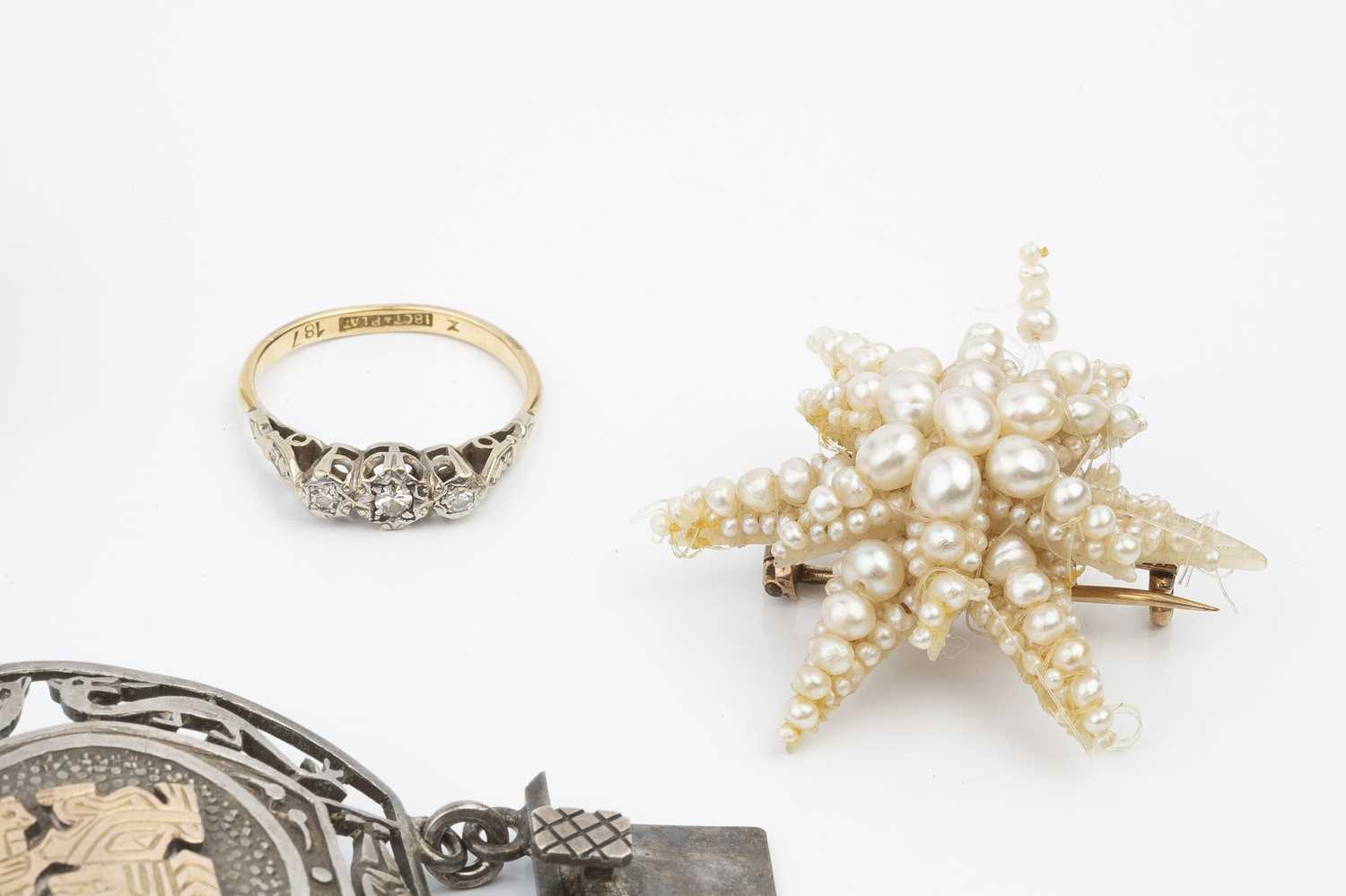 A collection of jewellery, comprising a diamond three stone ring, the single-cut diamonds in - Image 3 of 4