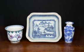 An 18th century Chinese blue and white porcelain tureen base 25cm wide x 22cm deep x 6cm high
