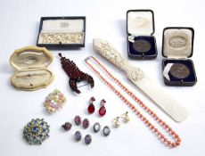 Collection of jewellery to include: Coral bead necklace, opal bar brooch, costume jewellery,
