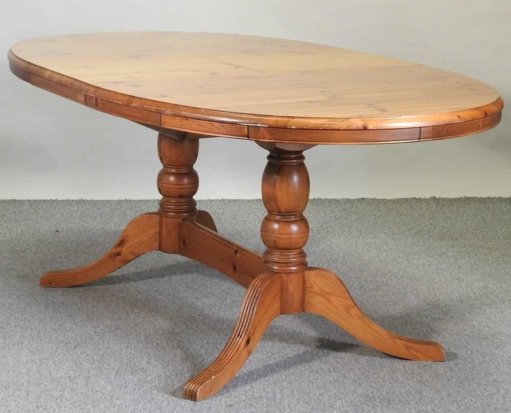 A pine oval dining table - Image 3 of 6