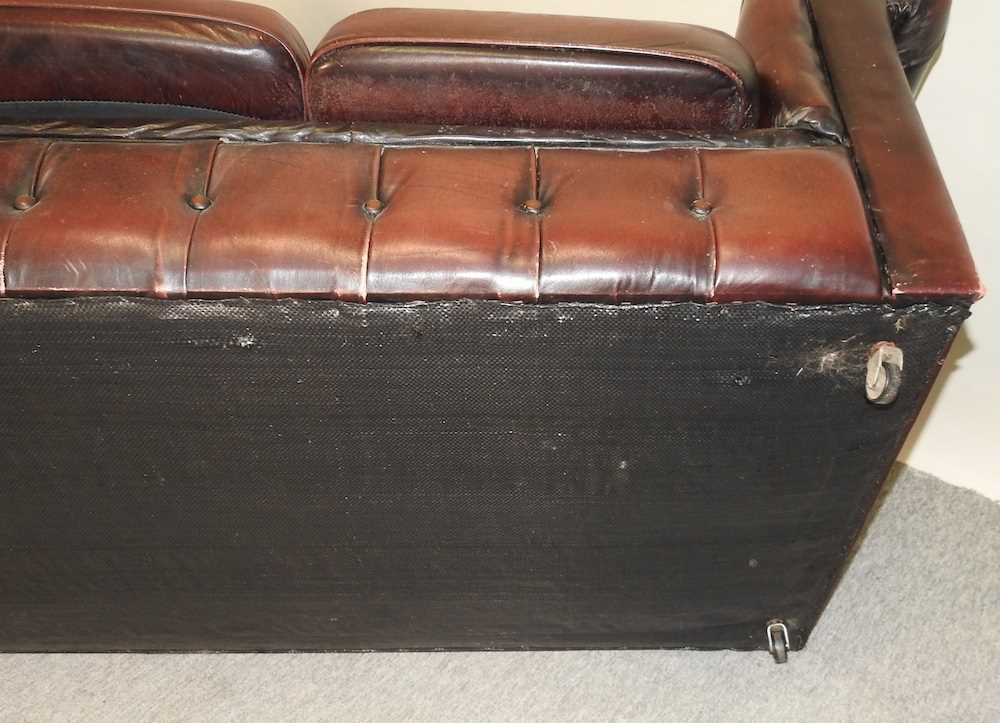 A red upholstered chesterfield sofa - Image 2 of 10