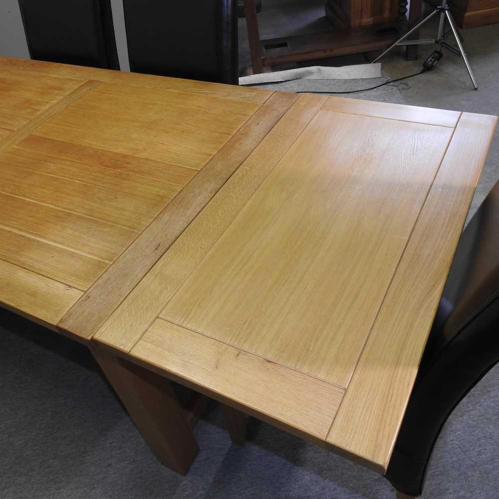 A modern oak draw leaf extending table - Image 2 of 8