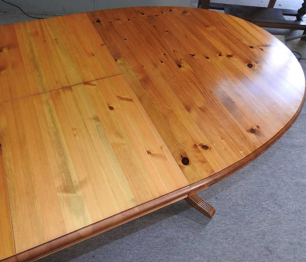 A pine oval dining table - Image 5 of 6