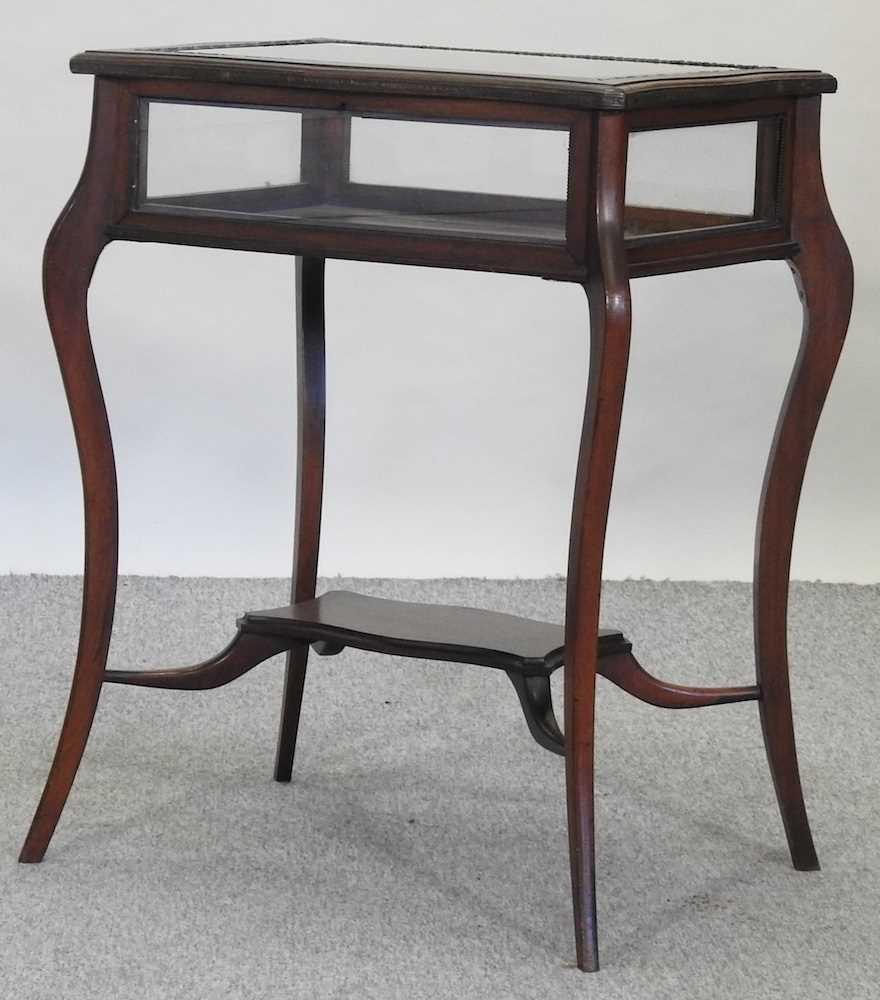 A 19th century mahogany bijouterie table - Image 3 of 9